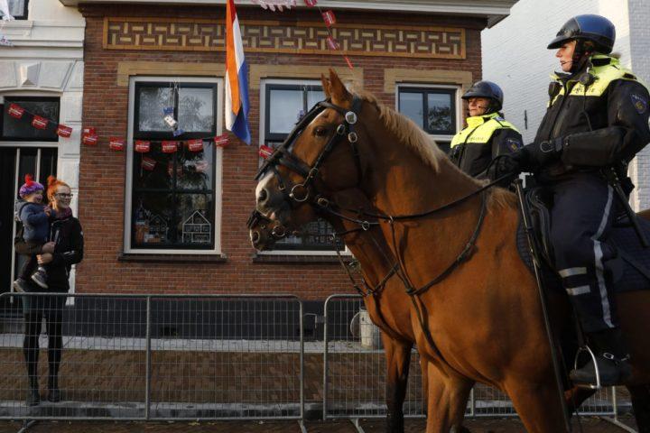 2016-11-12 10:18:52 MAASSLUIS - Politie te paard tijdens de laatste voorbereidingen in Maassluis voor de intocht van Sinterklaas. ANP BAS CZERWINSKI
