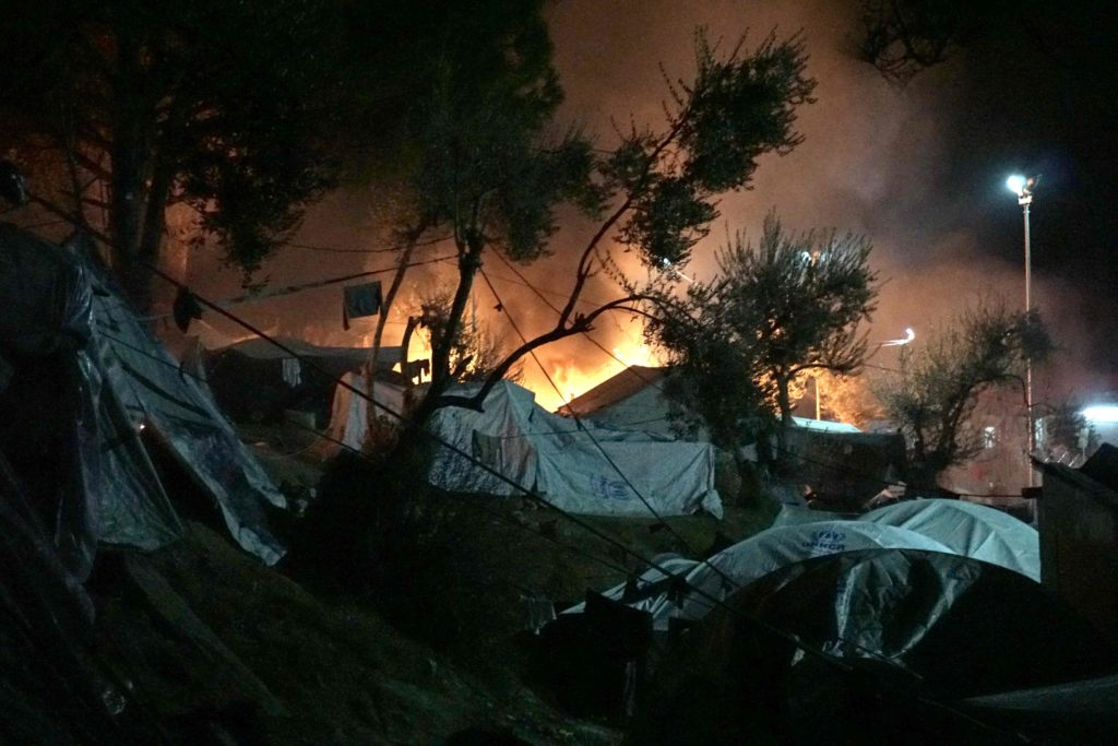 2016-11-25 00:27:19 Fires burn at the Moria migrant camp on the island of Lesbos early on November 25, 2016. Angry migrants set fire to a camp on the Greek island of Lesbos after a woman and a six-year-old child died following a gas cylinder explosion, local police said. / AFP PHOTO / STR