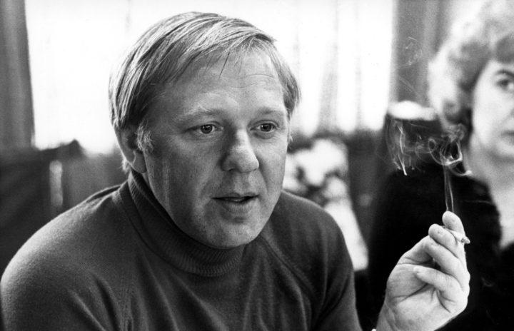 1800-01-01 00:00:00 Oleg Popov, wereldberoemde clown zonder schmink, met sigaret. Rotterdam, 16 september, jaartal onbekend.