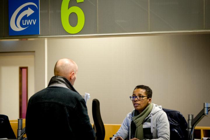 2014-01-29 11:43:18 AMSTERDAM - Werkzoekenden bij het Werkplein van het UWV in Amsterdam. Werkzoekenden en werkelozen kunnen zich hier inschrijven, op computers zoeken naar vacatures en een gesprek hebben met een medewerker van het UWV. ANP XTRA ROBIN VAN LONKHUIJSEN