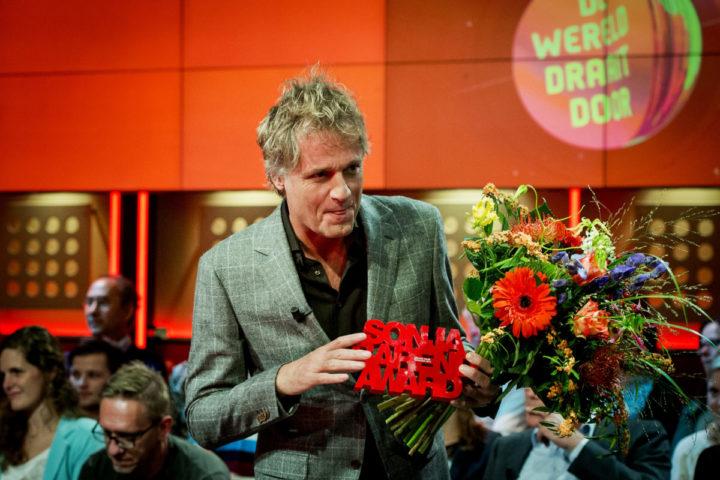 2014-10-13 18:50:13 AMSTERDAM - Presentator Jeroen Pauw heeft de prijs voor het beste tv-interview, de Sonja Barend Award 2014, in de wacht gesleept. Hij kreeg de prijs voor het gesprek dat hij had met PVV-Kamerlid Fleur Agema in het NTR-programma 5 jaar later. Pauw kreeg de prijs in de uitzending van De Wereld Draait Door uit handen van de naamgeefster Sonja Barend. ANP KIPPA ROBIN VAN LONKHUIJSEN
