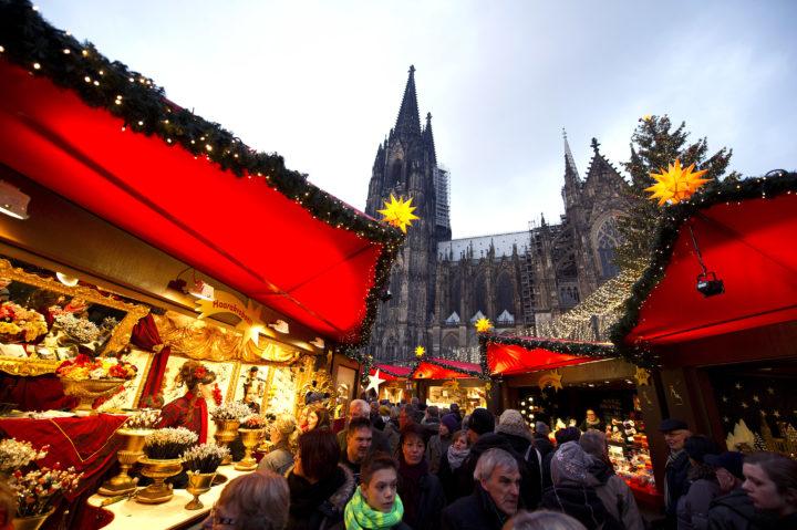 2012-12-01 17:47:08 KEULEN - De kerstmarkt in Keulen, Duitsland. De kerstmarkten in Duitsland zijn erg populair onder Nederlanders die hier tot en met 23 december voor hun kerstinkopen terecht kunnen. ANP MARCEL VAN HOORN