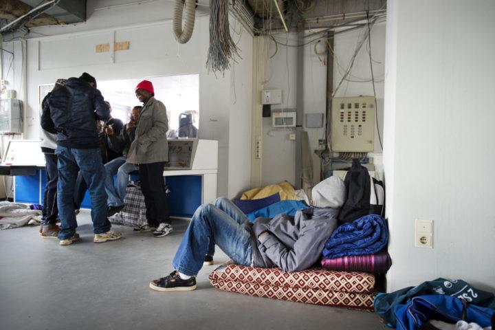 2015-04-16 10:44:28 AMSTERDAM - Uitgeprocedeerde asielzoekers in een gekraakt kantoorpand in Amsterdam-West. De groep werd eerder uit de Vluchtgarage gezet en trekken sindsdien al demonstrerend door de stad. ANP OLAF KRAAK