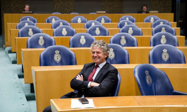 2016-10-26 21:07:31 DEN HAAG -Jacques Monasch (Pvda) tijdens het debat over de situatie bij de holding Air France / KLM in de Tweede Kamer. ANP BART MAAT