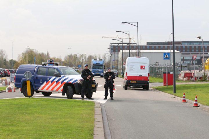 2016-11-17 13:30:00 ROTTERDAM - De marechaussee doet uitgebreid onderzoek op Rotterdam The Hague Airport nadat bij de politie het 'stil alarm terrorisme is geactiveerd'. Bij de ingang van de luchthaven worden extra controles uitgevoerd. ANP MEDIATV.NL