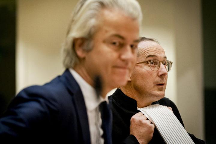 2016-09-23 09:32:33 SCHIPHOL - Advocaat Geert-Jan Knoops (R) en Geert Wilders in het Justitieel Complex Schiphol voor het vervolg van de strafzaak tegen Geert Wilders. De PVV-voorman wordt vervolgd voor het aanzetten tot haat, discriminatie, belediging en uitlokking vanwege de minder minder-uitspraak die hij deed over Marokkanen tijdens de gemeenteraadsverkiezingen in 2014. ANP REMKO DE WAAL