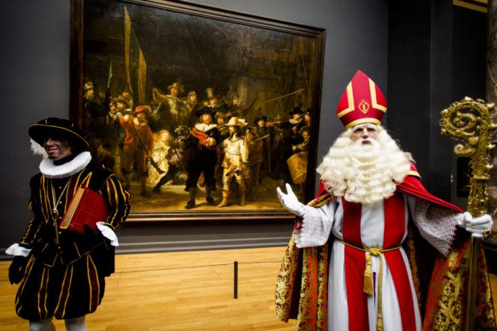 2015-12-06 00:00:00 AMSTERDAM - Sinterklaas bekijkt De Nachtwacht. De goedheiligman krijgt een rondleiding door het Rijksmuseum, voordat hij met de pakjesboot terug naar Spanje vaart. ANP ROBIN VAN LONKHUIJSEN