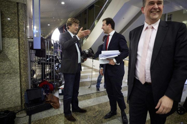 2013-12-04 00:00:00 DEN HAAG - Minister Lodewijk Asscher en Emile Roemer nemen afscheid van Ferry Mingelen. ANP KIPPA MARTIJN BEEKMAN