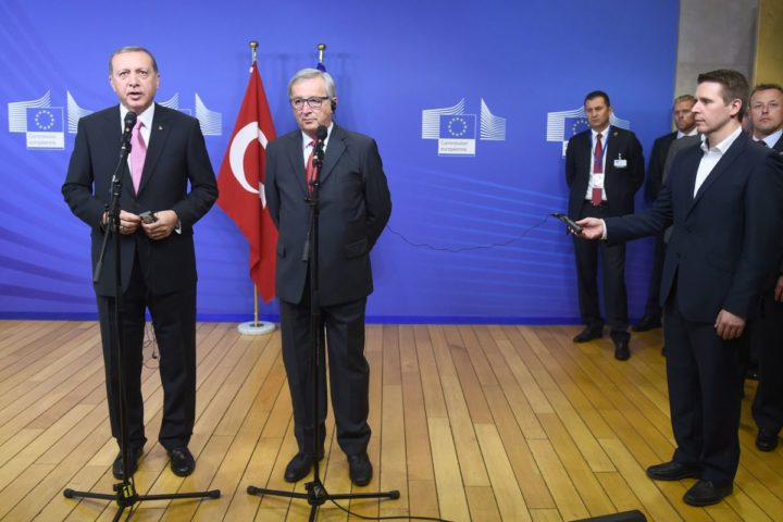 2015-10-05 17:05:10 Turkey's President Recep Tayyip Erdogan (L) and European Commission President Jean-Claude Juncker address a brief statement as Erdogan arrive at the European Commission in Brussels, on October 5, 2015. AFP PHOTO / EMMANUEL DUNAND
