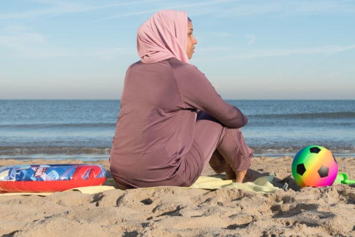 2016-08-25 09:16:07 ILLUSTRATIE - Een vrouw in boerkini en een meisje in bikini in zee. ANP XTRA ROOS KOOLE **MODEL RELEASED, BEELDEN UITSLUITEND VOOR REDACTIONEEL GEBRUIK**