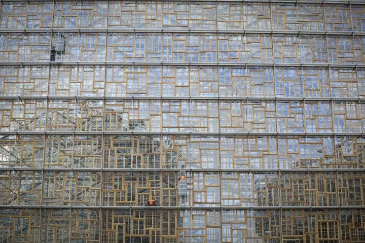 2016-09-29 05:33:15 epa05561476 Window cleaners work at the new Europa building under construction in Brussels, Belgium, 29 September 2016. The Europa building will serve as the main seat for the European Council and other EU bodies. EPA/OLIVIER HOSLET