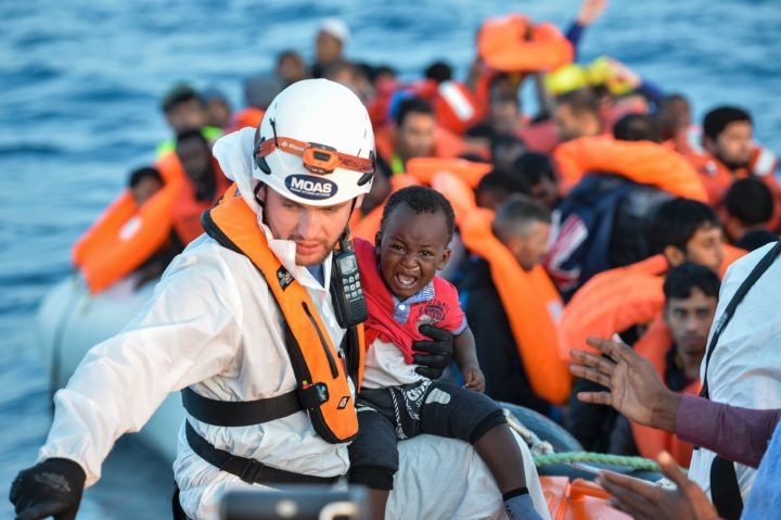 2016-11-05 07:40:23 A member of the Maltese NGO MOAS helps a baby to board a small rescue boat during a rescue operation of 146 migrants and refugees by the Topaz Responder ship, run by the Maltese NGO Moas and the Italian Red Cross, on November 5, 2016 off the coast of Libya. / AFP PHOTO / ANDREAS SOLARO