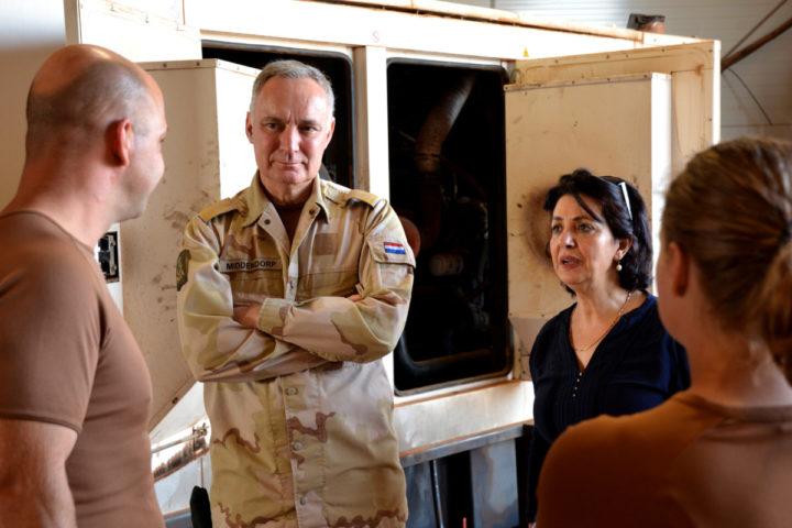 2016-11-11 09:26:04 MALI - Tweede Kamervoorzitter Khadija Arib met generaal Tom Middendorp tijdens een bezoek aan de Nederlandse VN-militairen in Mali. ANP HANDOUT MINISTERIE VAN DEFENSIE **NO ARCHIVE/ NO SALES**