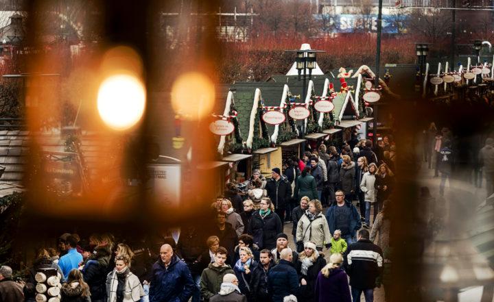 2016-12-10 10:46:53 OBERHAUSEN - Bezoekers van de kerstmarkt genieten van lekkere hapjes, doen kerstinkopen en drinken een Gluhwein. De markt die wordt gehouden naast het overdekte winkelcentrum CentrO in Oberhausen is een van de grootste van Duitsland. ANP REMKO DE WAAL