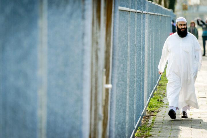 2015-04-09 10:43:13 UTRECHT - Suhayb Salam, voorzitter van de stichting AlFitrah, arriveert voorafgaand aan de islamitische conferentie in de wijk Overvecht. De 'Derde Riffijnse Islamitische Conferentie' in Utrecht duurt van 9 tot en met 12 april. ANP ROBIN VAN LONKHUIJSEN
