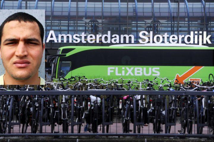 2015-11-24 14:53:06 AMSTERDAM - Luxueuze intercitybussen van het Duitse busbedrijf Flixbus bij station Sloterdijk. Flixbus wil de concurrentie aangaan met de treinen van de NS. ANP EVERT ELZINGA