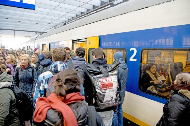 2016-03-07 10:09:28 ROTTERDAM - Overvolle treinen van de NS reizigers staan masaal in de trein Reizigers staan op volle , spits , studenten , druk , drukte , extra treinen , trein ,  COPYRIGHT ROBIN UTRECHT