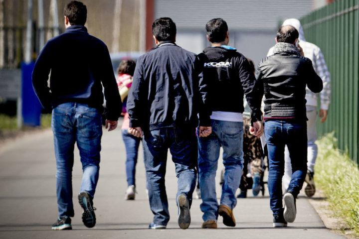 2016-04-11 12:52:28 TER APEL - Asielzoekers bij aanmeldcentrum Ter Apel. Volgens recente cijfers van het ministerie van Veiligheid en Justitie is de stroom asielzoekers - na een piek rond de jaarwisseling - in de loop van dit jaar steeds verder gedaald. ANP ROBIN UTRECHT