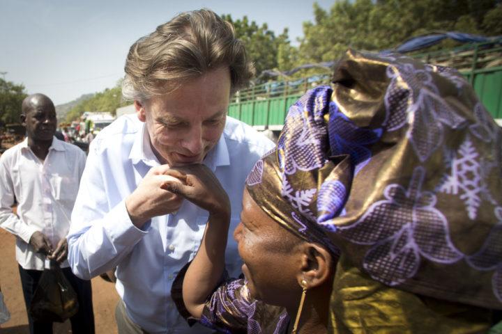 2016-12-11 13:12:37 MALI - Minister Bert Koenders van Buitenlandse Zaken brengt een bezoek aan de markt in Bamako, de hoofdstad van Mali. Koenders is in Mali voor onder meer een bezoek aan Nederlandse militairen die deelnemen aan de VN-vredesmissie MINUSMA. ANP EVERT-JAN DANIELS