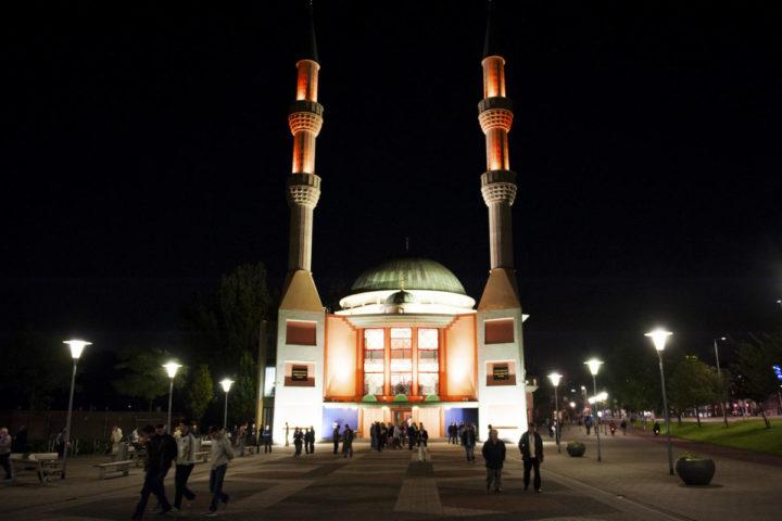 2012-07-20 01:14:17 ROTTERDAM - Moslims verzamelen voor de gebedsdienst, voorafgaand aan de ramadan bij de Turkse Mevlana Moskee. Voor de meeste moslims begint vrijdag de ramadan, de jaarlijkse vastenmaand die plaats vind in de negende maand van de islamitische kalender. ANP ROOS KOOLE