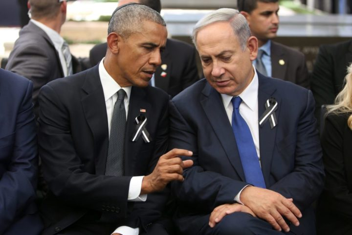 2016-09-30 11:36:07 epa05563621 US President Barack Obama (L) and Israeli Prime Minister Benjamin Netanyahu (R) talk during the state funeral ceremony for Shimon Peres at Mount Herzl Military Cemeter in Jerusalem, Israel, 30 September 2016. Peres died on 28 September 2016 at the age of 93. EPA/MENAHEM KAHANA / POOL