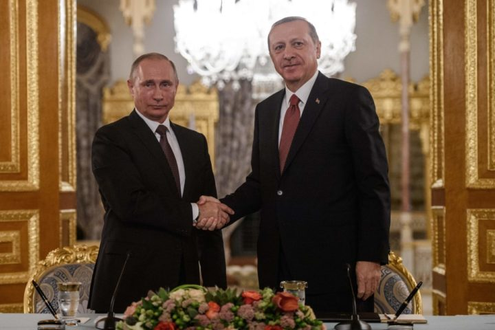 2016-10-10 19:38:39 Russian President Vladimir Putin (L) shakes hand with Turkish President Recep Tayyip Erdogan (R) during a press conferance on October 10, 2016 in Istanbul. Putin visits Turkey on October 10 for talks with counterpart Recep Tayyip Erdogan, pushing forward ambitious joint energy projects as the two sides try to overcome a crisis in ties. / AFP PHOTO / OZAN KOSE