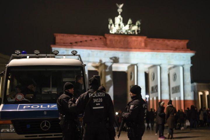 Politie bij de Brandenburger Tor in Berlijn - Foto: AFP