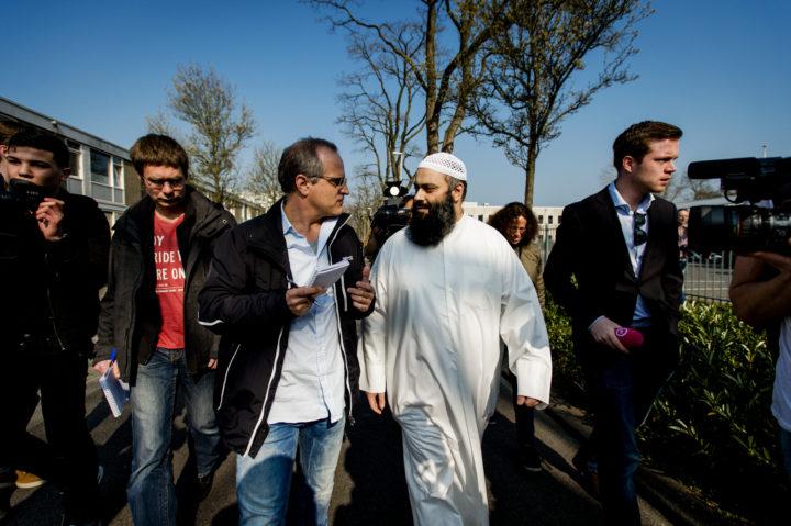 2015-04-09 10:43:13 UTRECHT - Suhayb Salam, voorzitter van de stichting AlFitrah, staat de pers te woord voorafgaand aan de islamitische conferentie in de wijk Overvecht. De 'Derde Riffijnse Islamitische Conferentie' in Utrecht duurt van 9 tot en met 12 april. ANP ROBIN VAN LONKHUIJSEN