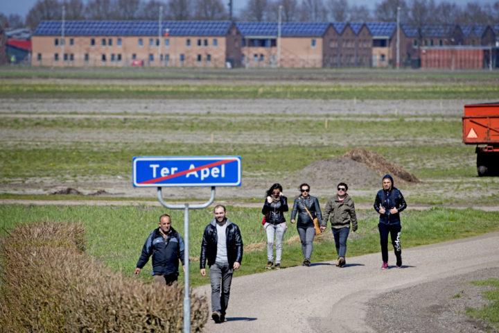 2016-04-11 13:03:12 TER APEL - Het aanmeldcentrum Ter Apel. Volgens recente cijfers van het ministerie van Veiligheid en Justitie is de stroom asielzoekers - na een piek rond de jaarwisseling - in de loop van dit jaar steeds verder gedaald. ANP ROBIN UTRECHT
