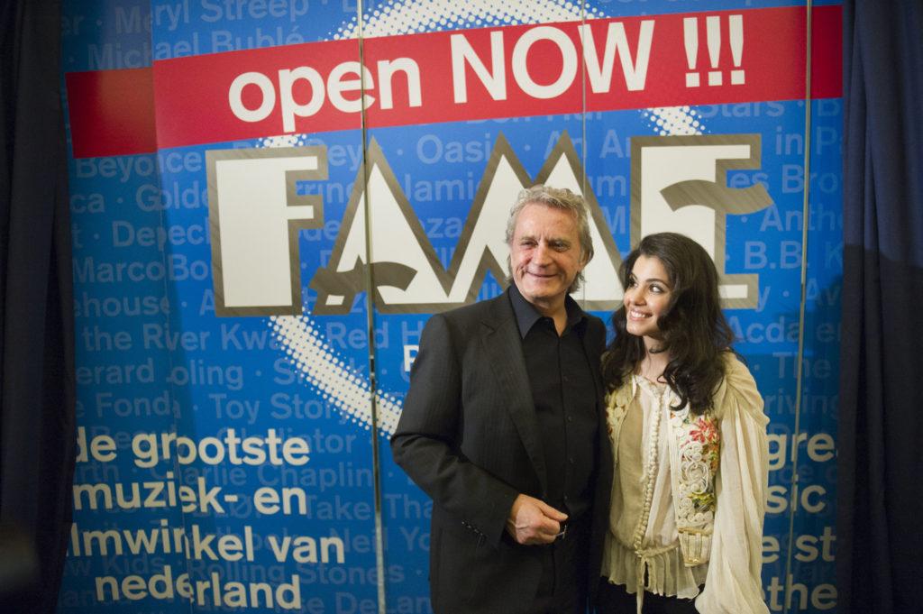 2012-02-24 20:58:16 AMSTERDAM - De Britse zangeres Katie Melua opent samen met Hans Breukhoven de nieuw FAME megastore in Amsterdam. Breukhoven zorgde persoonlijk voor een doorstart van de platenzaak, die afgelopen zomer na 21 jaar moest sluiten vanwege een sterke afname van de verkoop van cd's. ANP KIPPA MARCEL ANTONISSE