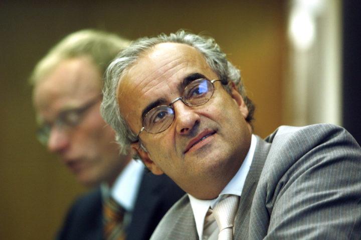 2006-08-28 10:08:27 DEN HAAG - De Vereniging van effectenbezitters (VEB) heeft inmiddels ruim 173.000 claims ontvangen van aandeelhouders die in aanmerking willen komen voor schadevergoeding. Dat heeft de VEB, die de schaderegeling uitvoert, maandag bekendgemaakt. De aanmeldingstermijn is verlengd tot 15 september. Peter Paul de Vries (VEB, achter) en Peter Wakkie (Ahold, voor) tijdens de persconferentie. ANP PHOTO CYNTHIA BOLL