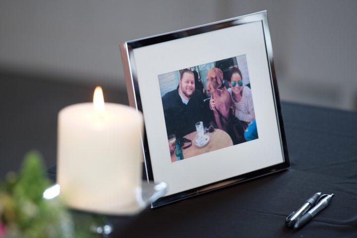 2016-03-28 11:12:13 MAASTRICHT - Op het Vrijthof is een condoleanceregister geopend voor de bij de aanslagen in Brussel omgekomen broer en zus Alexander en Sascha Pinczowski. ANP MARCEL VAN HOORN