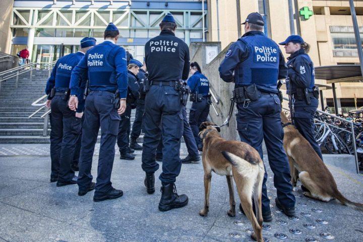 2016-10-05 15:28:16 BRUSSEL - De politie in Brussel heeft het Noordstation weer geopend en groen licht gegeven voor hervatting van het treinverkeer. Het station en het ernaast gelegen Portalisgebouw, waar het Brusselse Openbaar Ministerie huist, werden ontruimd na een bommelding. ANP JONAS ROOSENS