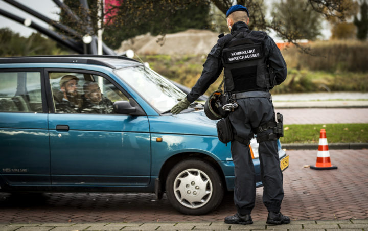 2016-11-17 13:54:33 ROTTERDAM - De marechaussee doet uitgebreid onderzoek op Rotterdam The Hague Airport nadat bij de politie het stil alarm terrorisme is geactiveerd. Bij de ingang van de luchthaven worden extra controles uitgevoerd. ANP REMKO DE WAAL