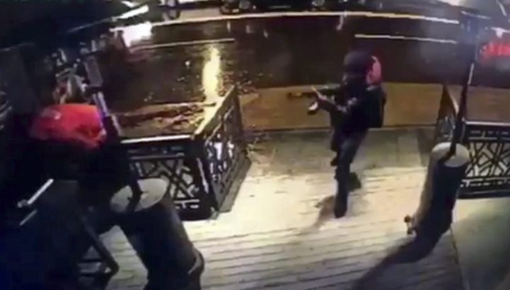 2017-01-01 21:53:30 epa05694602 A video capture shows the gunman entering the Reina nightclub, a popular night club in Istanbul near by the Bosphorus, in Istanbul, Turkey, early 01 January 2017. At least 39 people were killed and 65 others were wounded in the attack, local media reported. EPA/DHA VIA DEPO POHOTOS TURKEY OUT ; BEST QUALITY AVAILABLE