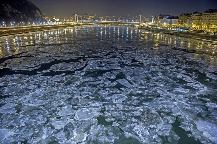 2017-01-08 00:33:23 epa05704704 Drift ice or ice floes float in the water of the River Danube at the 'Szabadsag' (Freedom) Bridge in Budapest, Hungary, early 08 January 2017. A cold wave across Hungary caused temperatures to drop drastically in many cities with temperatures in some towns falling down to minus 20 to 25 degrees Celsius. EPA/PETER LAKATOS HUNGARY OUT