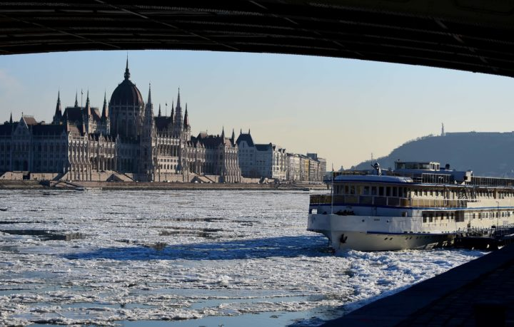 2017-01-08 15:13:12 Ice floats in the water of the River Danube in front of the parliament buiding of Budapest downtown on January 8, 2017, when the extreme winter temperature overtakes a new record in the capital with minus 18,6 degrees centigrade. / AFP PHOTO / ATTILA KISBENEDEK