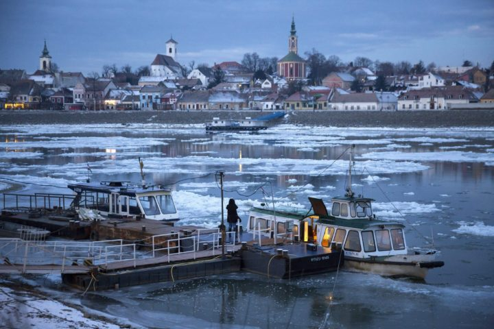 2017-01-09 08:01:28 epa05706966 The ferry running between Szentednre and Szigetmonostor is about to depart and cross the River Danube which is affected by drift ice, at Szentendre, 22 kilometers north of Budapest, Hungary, 09 January 2017. EPA/BALAZS MOHAI HUNGARY OUT