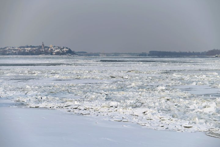 2017-01-10 10:02:48 A picture shows ice covered Danube river in Belgrade on January 10, 2017, as temperatures dropped to -15 degrees Celsius over night. Frosts and heavy snowfalls are forcing the Serbian authorities to impose emergency situation regimes. Such regime was imposed in nine Serbian municipalities. A red (the highest out of five possible) level weather warning has been issued for the entire country. Navigation along the country's two main rivers, the Danube and Sava, has been stopped as they are icing due to the frosts. / AFP PHOTO / ANDREJ ISAKOVIC