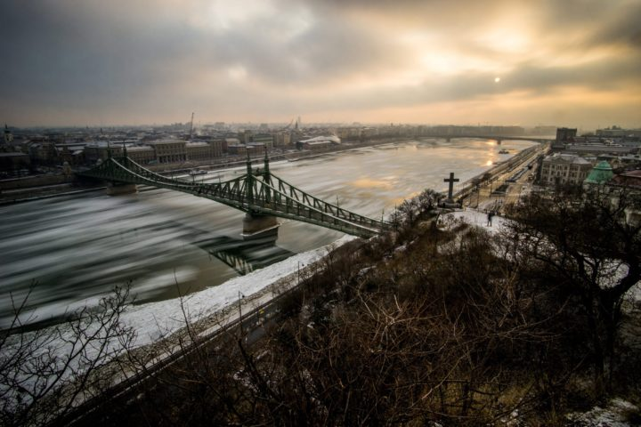 2017-01-10 08:08:18 epa05709231 A photo taken with a slow shutter speed shows ice floe drifting on the River Danube below Szabadsag (Freedom) Bridge in Budapest, Hungary, 10 January 2017. A cold wave across Hungary have caused many lakes to freeze. EPA/ZOLTAN BALOGH HUNGARY OUT TAKEN WITH SLOW SHUTTER SPEED