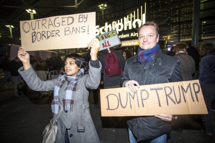 2017-01-29 20:09:55 SCHIPHOL - Demonstranten voor de hoofdentree van luchthaven Schiphol voeren actie tegen het besluit van president Donald Trump om vluchtelingen en inwoners van zeven islamitische landen niet meer toe te laten in Amerika. ANP ALEXANDER SCHIPPERS