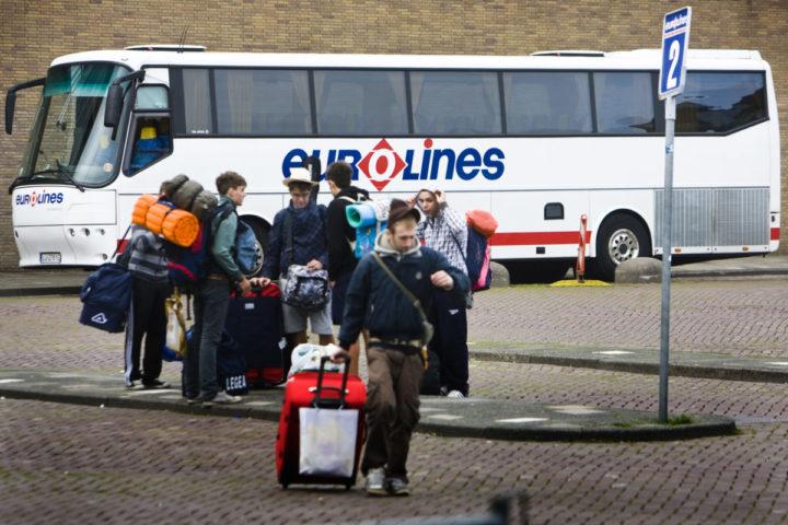 2010-08-15 00:00:00 AMSTERDAM – Vakantiegangers staan voor een bus van Eurolines op een verzamelpunt aan het Julianaplein in Amsterdam. ANP XTRA ADE JOHNSON