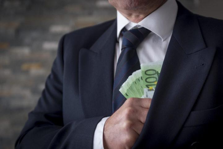 2015-04-22 10:23:16 ILLUSTRATIE - Een zakenman met een stapel van honderd eurobiljetten. ANP XTRA LEX VAN LIESHOUT