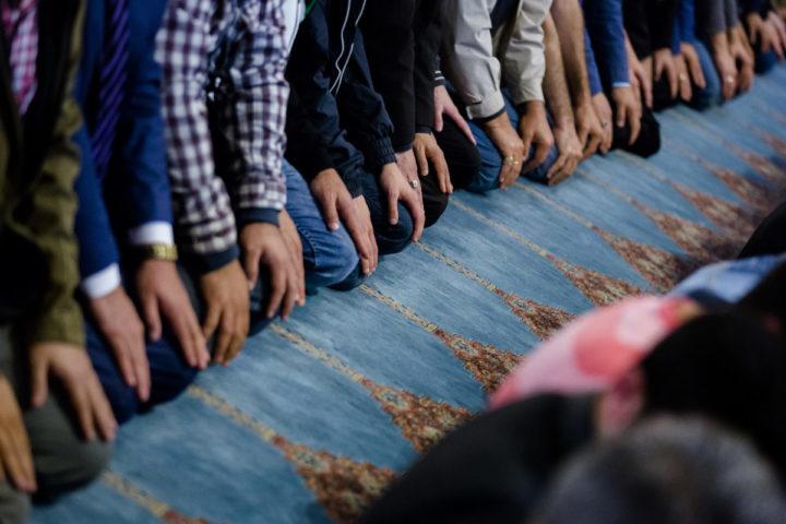 2016-07-05 06:44:19 ROTTERDAM - Moslims komen samen voor het ochtendgebed in de Mevlana Moskee ter afsluiting van de vastenmaand ramadan. De afsluiting wordt gevierd met het Suikerfeest. Veel moslims gaan na het gebed in de moskee bij familie op bezoek, eten zoetigheid en geven elkaar cadeaus. ANP BART MAAT