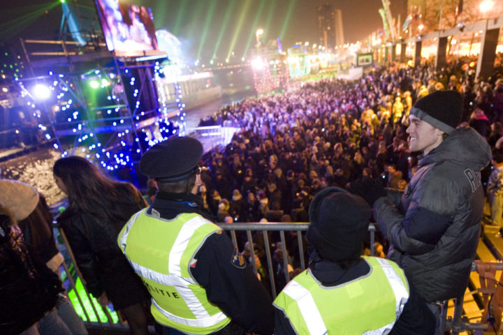 2010-01-01 01:50:41 ROTTERDAM - Agenten houden een oogje in het zeil tijdens de Nationale Nieuwjaarsnacht in Rotterdam. Het feest verliep zonder problemen. Enige maanden na de strandrellen in Hoek van Holland was de aandacht sterk gericht op de veiligheid in Rotterdam. De politie zette 1100 agenten in, verder waren er 140 stadswachten in touw. Aan de scherpe veiligheidsmaatregelen was een planning van een maand vooraf gegaan. ANP MARCO DE SWART