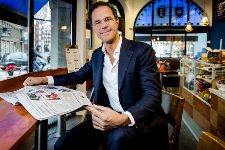 2016-12-21 10:58:39 DEN HAAG - Portret van Mark Rutte, fractievoorzitter en lijsttrekker van de Volkspartij voor Vrijheid en Democratie (VVD) in zijn favoriete koffiezaak aan de Korte Poten. ANP ROBIN VAN LONKHUIJSEN