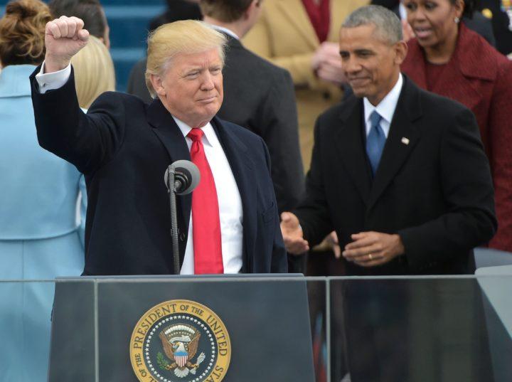 Trump tijdens zijn inauguratie met op de achtergrond de vertrekkende Obama - Foto: AFP