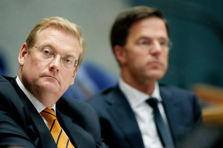 2016-06-08 14:46:24 DEN HAAG - Minister Ard van der Steur (L) en minister-president Mark Rutte tijdens het Tweede Kamerdebat over een nader onderzoek door de commissie-Oosting. ANP MARTIJN BEEKMAN