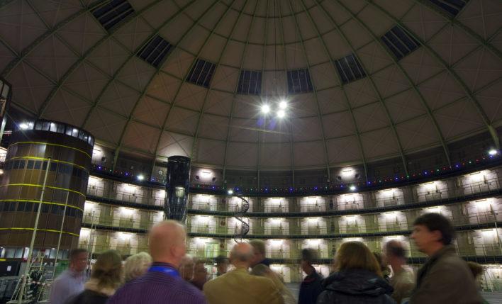 2010-11-06 00:00:00 HAARLEM - Bezoekers nemen een kijkje in de Koepel tijdens de open avond. ANP XTRA NILS VAN HOUTS