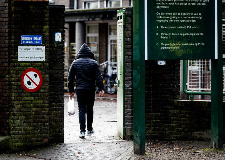 2017-01-04 12:49:30 WEERT - Asielzoekers gaan de poort van het azc in Weert binnen. Noord-Afrikaanse asielzoekers zorgden de afgelopen weken in Weert voor overlast. Burgemeester Jos Heijmans (D66) raakte in opspraak toen hij samen met staatssecretaris Klaas Dijkhoff (Asiel, VVD) aankondigde de lastpakken huisarrest te geven. ANP ROBIN VAN LONKHUIJSEN